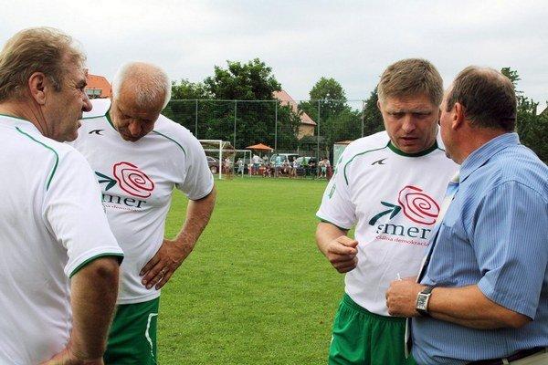 Fica príde podporiť aj futbalová legenda Ladislav Petráš (úplne vľavo).