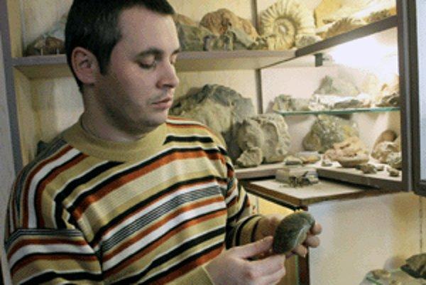 Roman Arpáš ukazuje skamenelinu druhohorného hlavonožca.