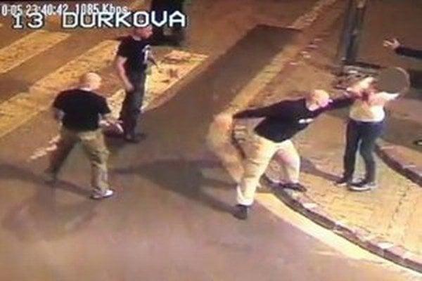 Neonacisti kopali ľudí bili a kopali ich do hlavy, zachytila to kamera.