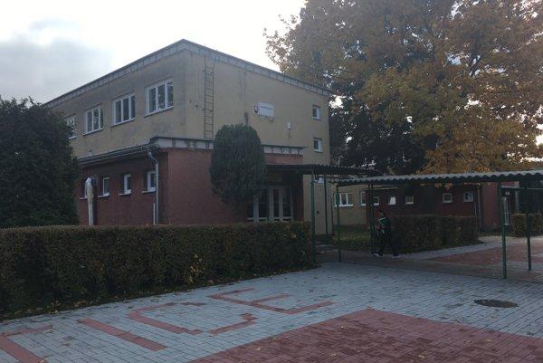 Základná škola v Ľuboticiach. Vyskytli sa tu dva prípady salmonelózy.