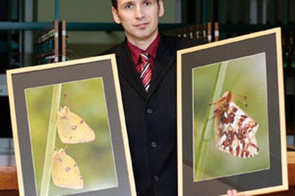 Viliam Ridzoň so svojimi fotografiami.