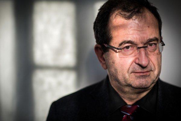 Cyril Höschl (1949) je český psychiater a vysokoškolský učiteľ. Od roku 1974 pracoval vo Výskumnom ústavepsychiatrickom (dnes Psychiatrické centrum Praha) v pražských Bohniciach, ktoré od roku 1990 vedie. V tom istom čase sa stal na sedem rokov de