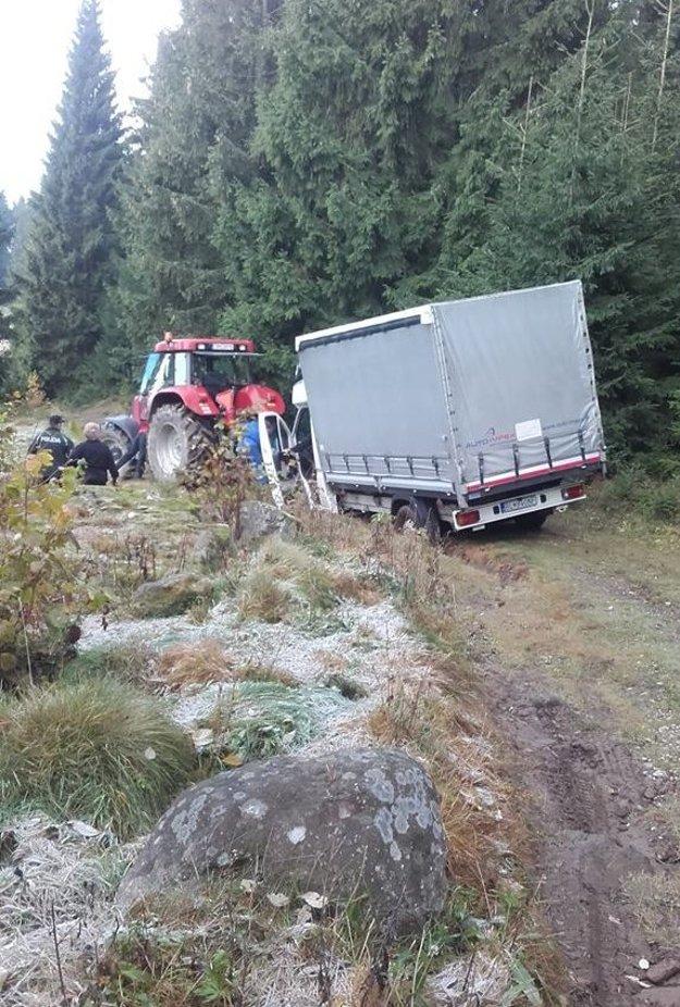 Pomáhali policajti aj traktor.