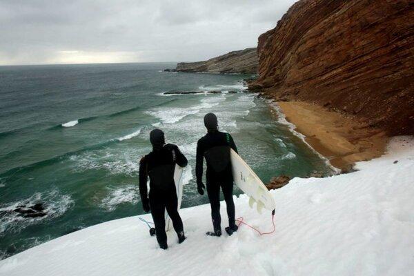 Medvedí ostrov. Film o dobrodružnom výlete za surfovaním na jednom z najchladnejších ostrovoch na Zemi.