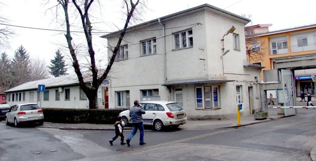 Stará vrátnica s prístavbou, v ktorej sídlila detská a zubná pohotovosť. Nehnuteľnosti už patria firme.