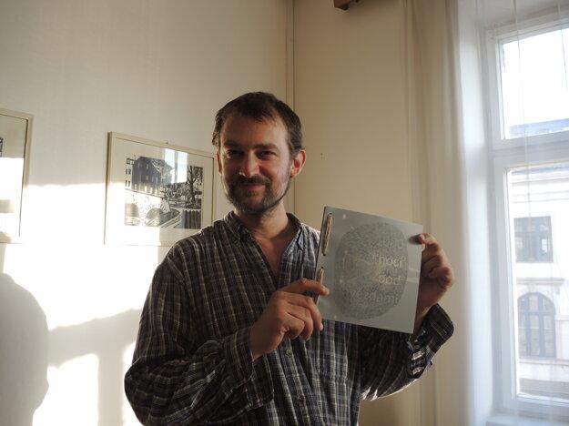 Patrik Kotrba s jednou zo svojich kníh.