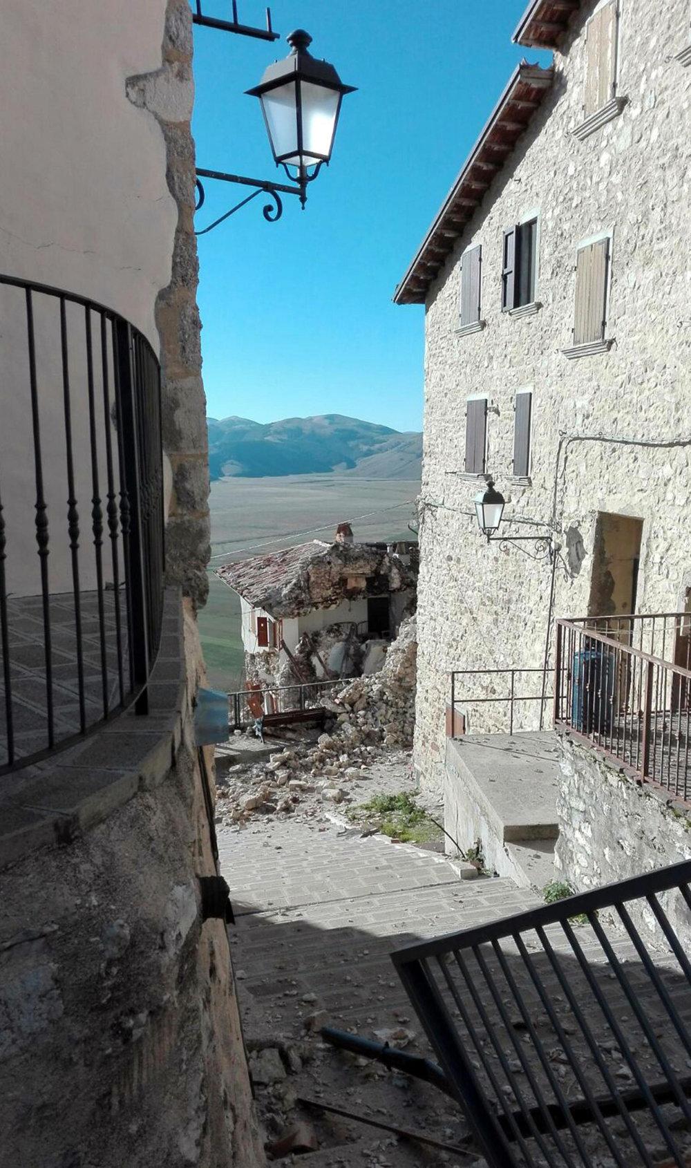 Zničené domy po zemetrasení.