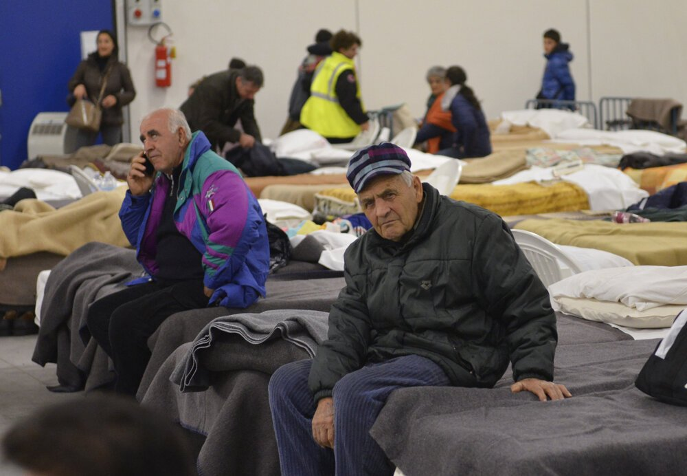 Obyvatelia strávili noc v provizórnych priestoroch veľkého skladiska.