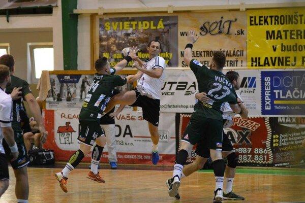 Záber zmajstrovského extraligového zápasu 2.kola Nové Zámky – Prešov, vktorom favorit zvíťazil iba ojediný gól 32:31.