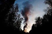 Mohutný stĺp dymu nad miestom výbuchu.