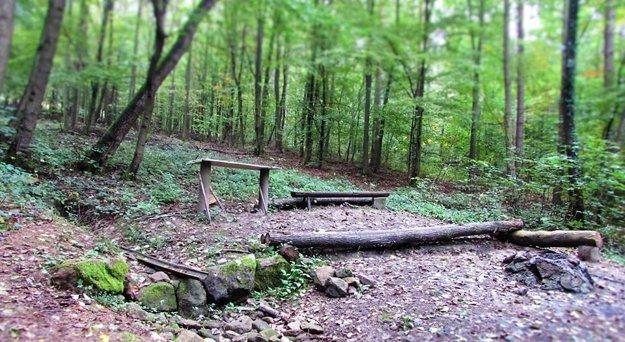 V okolí studničiek pribudli aj drevené lavičky.