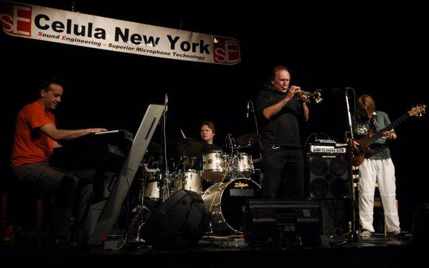 Z USA príde aj náš najznámejší džezový trubkár a skladateľ Laco Déczi so svojou kapelou Celula New York.