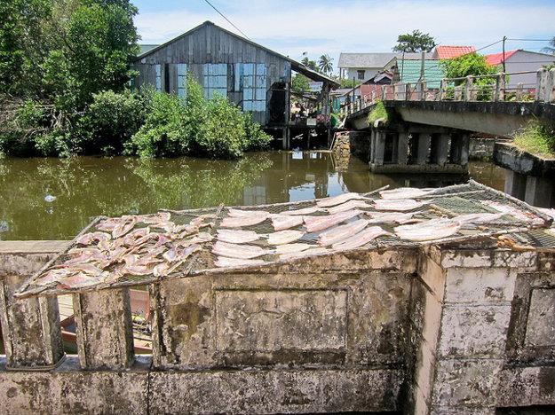 V rybárskych dedinách na Phu Quoc je typické sušenie rýb na slnku.