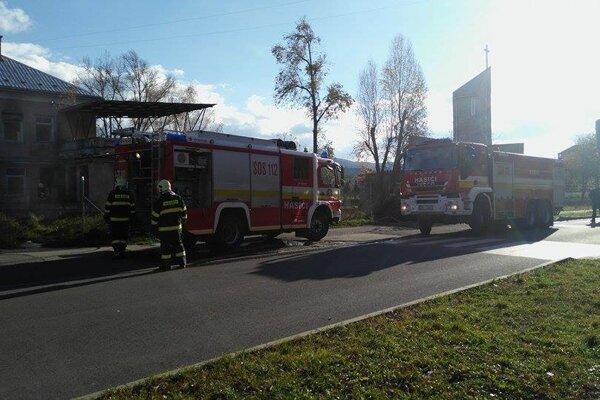 V opustenej budove bývalých jasieľ zasahujú žiarski hasiči.