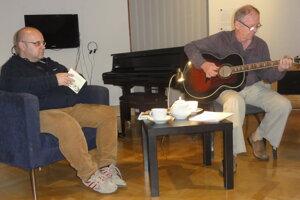 Zľava moderátor Dado Nagy a hrajúci a spievajúci Miloš Janoušek.