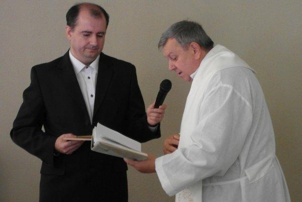 Knihu Prameň zázrakov Imricha Grušpiera (vľavo) posvätil rudniansky kňaz Viktor Mičuda.