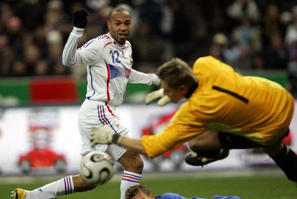 Ľuboš Hajdúch zasahuje pri strele Thierryho Henryho pri pamätnom víťazstve Slovenska vo Francúzsku.