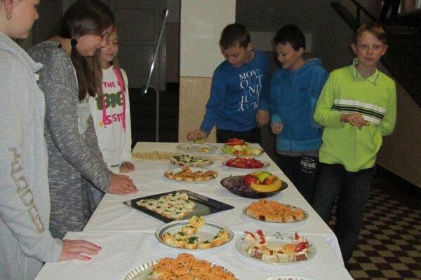 Dievčatá z krúžku Varíme chutne a zdravo pripravovali raňajky pre spolužiakov už skoro ráno.