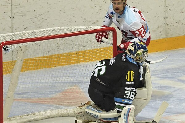 a snímke Rudolf Huna z Liptovského Mikuláša (hore) prekonáva brankára Nových Zámkov Mareka Šimku počas zápasu 7. kola hokejovej Tipsport Ligy.