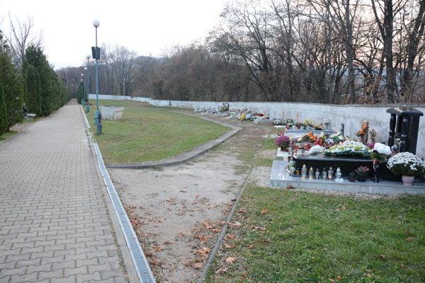 Najnovšia časť mestského cintorína. Rožňavčania sa omiesto na cintoríne najbližšie roky obávať nemusia.