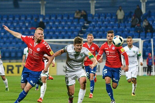 Šarišania vydolovali usúpera bod. Prešovčania (v strede Jakub Rolinc) gól vSenici nedali, ale ani nedostali.