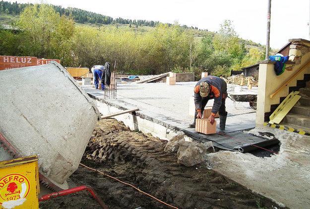 Robotníci v súčasnosti pracujú na prístavbe budovy.