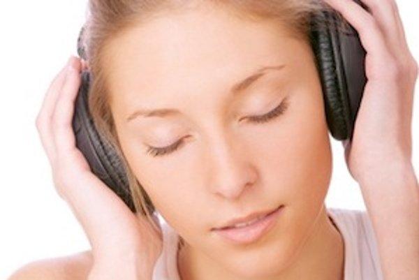 Ak dlhodobo príliš hlasno počúvate hudbu cez slúchadlá, vaše uši si to odnesú...