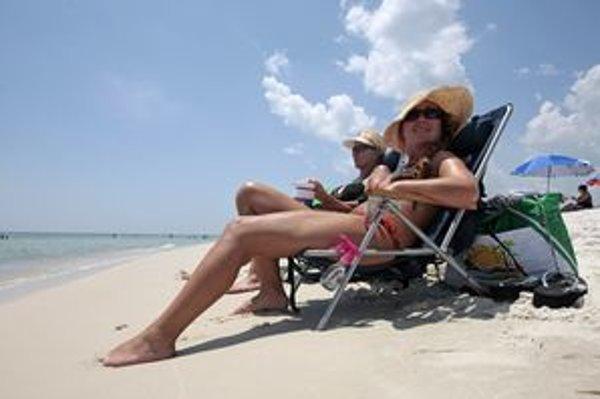 Po návrate z pláže vymyte každý deň z vlasov soľ a piesok.