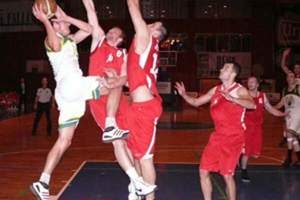Prievidzskí basketbalisti nezvládli v Komárne poslednú štvrtinu.
