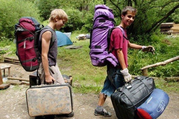 Staršie deti môžu mať lieky pri sebe, mladším do batožiny nepatria.