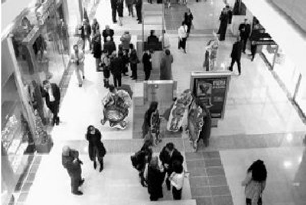 Charakter i skladba predajní a služieb v obchodných centrách sa delí na štyri základné zóny - potravinovú, spotrebného tovaru, gastronomickú a zábavnú. FOTO SME - JÁN KROŠLÁK