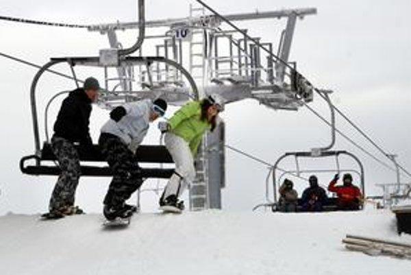 Slnečné počasie zvádza k rýchlejšej jazde, ak je sneh ťažší, pri pádoch sa lámu najmä nohy. Ak sneží alebo je hmla, lyžiari sú pomalší, ale neraz sa zatúlajú, v neznámom a neprehľadnom teréne potom padajú a odrú sa, alebo sa podchladia. Nezriedkavé sú