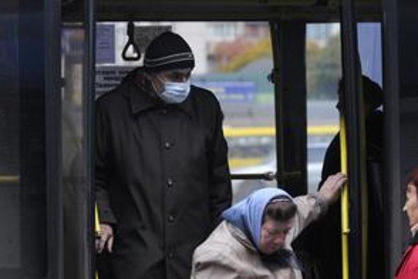 Niektorí Kyjevčania nosia v hromadnej doprave ochranné rúška.