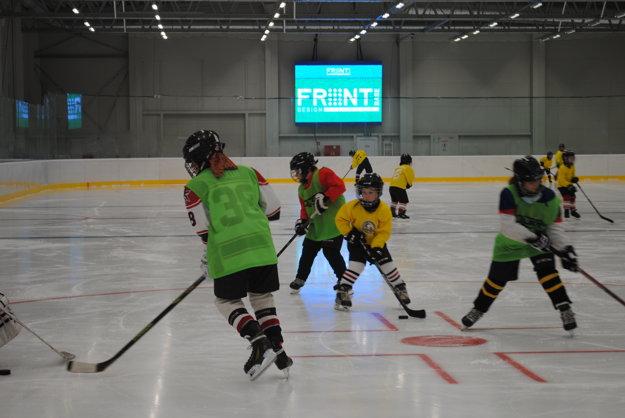 Mladí hokejisti si novú ľadovú plochu hneď vyskúšali.