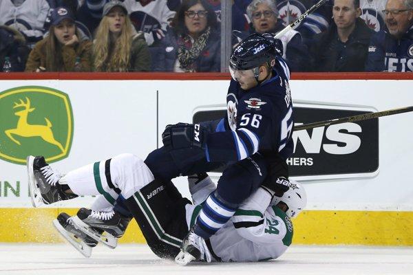 Marko Daňo (s číslom 56) padá na ľad po súboji s Jordiem Bennom z Dallasu - ilustračná fotografia.