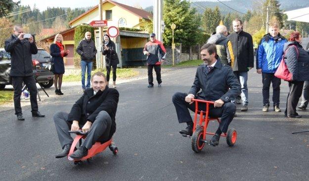 """Novú cestu """"otestoval"""" predseda ŽSK Juraj Blanár (vpravo) astarosta Rakovej Anton Heglas."""