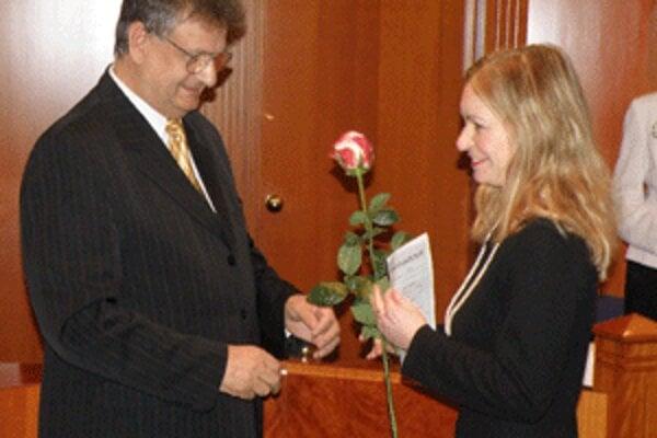 Od Teodora Palkoviča si osvedčenie o zvolení prevzala aj poslankyňa Silvia Hrnková.