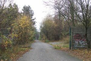 Objekt je voľne prístupný. Vstupná brána pred rokmi zmizla.