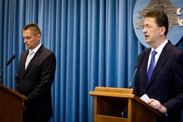 Riaditeľ Vojenského spravodajstva Ľubomír Skuhra a minister obrany Martin Glváč.
