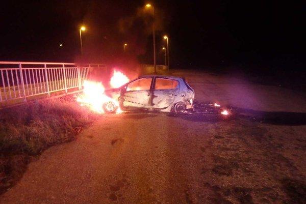 Po príchode hasičov už bolo celé auto v plameňoch.