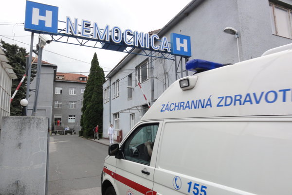 Poslednú mestskú nemocnicu na Slovensku môže ovládnuť ktokoľvek, kto robí v zdravotníctve. Aj masér či zubár.