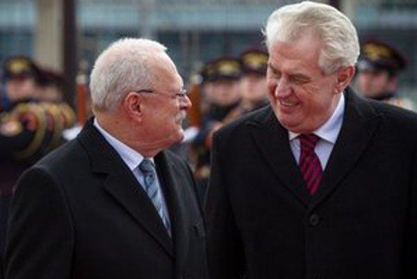 Miloš Zeman a Ivan Gašparovič počas uvítacieho ceremoniálu na nádvorí prezidentského paláca v Bratislave.