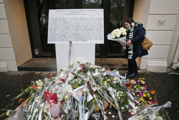 Kvety pri pamätnej tabuli pred klubom Bataclan.