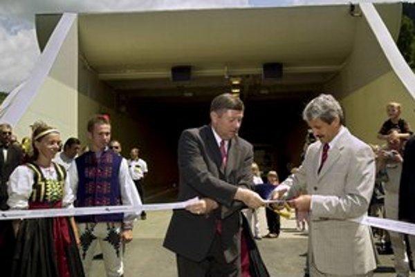 Otvorenie prvej rúry tunela Branisko – pásku strihajú vtedajší premiér Mikuláš Dzurinda a minister dopravy Pavol Prokopovič z SDKÚ.