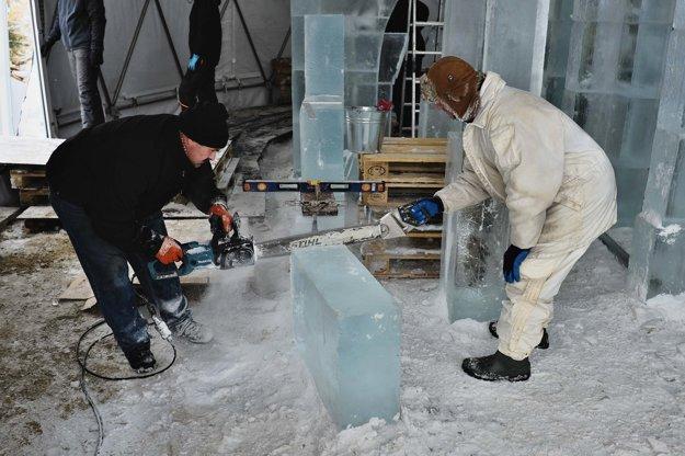 Muži režú ľadový kváder počas výstavby Ľadového dómu.