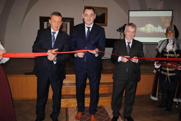 Strihanie pásky. Vasil Fedič (zľava), Peter Chudík, Martin Plch, riaditeľ divízie stavebnej spoločnosti Metrostav z Prahy.
