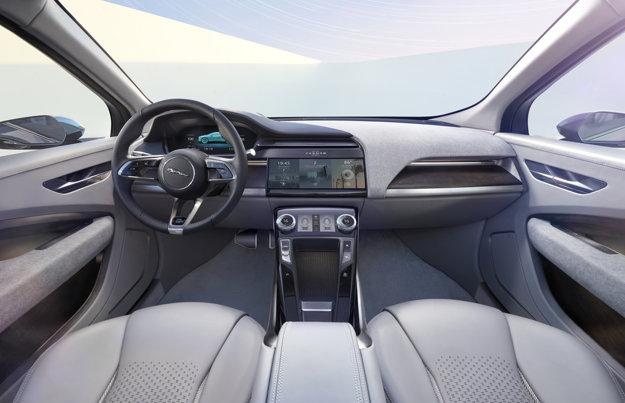 Vnútrajšok automobilu pôsobí jednoducho a priestranne