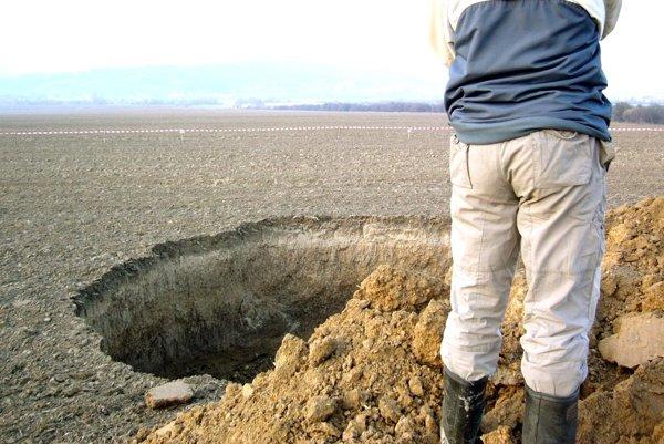 Kráter sa na poli vytvoril po prievale v nováckej bani v novembri 2016.