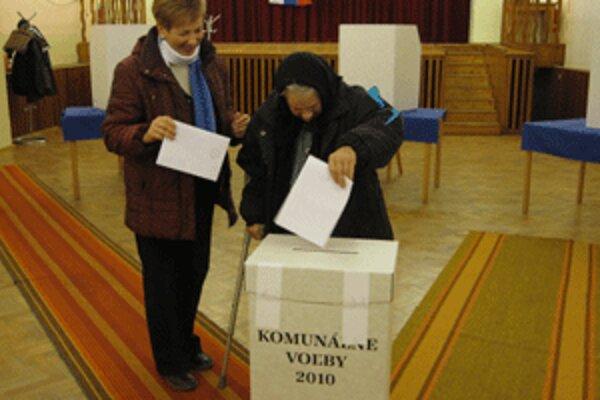 V Lazanoch mohli ľudia hlasovať už od šiestej. Viacerí to využili.