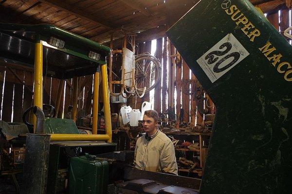 Michal v dielni pri svojom traktore.